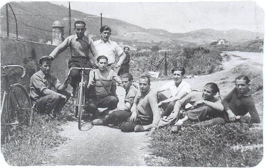 Nuestros compañeros posando en Can trenclaclos, según mi información lugar cercano al Mas-Ram, en el año 1933